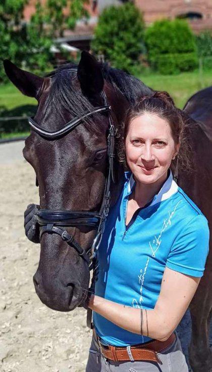 Johanna Mara Pauls, Hamburg. Ortrait mit Pferd.