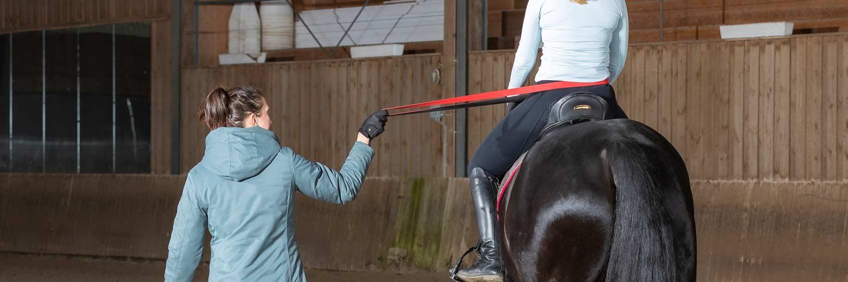 Sitzschulung für Reiter, Beispiel Theraband seitlich
